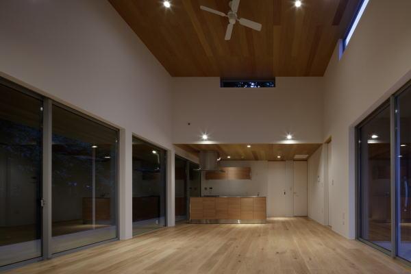 天井の高い室内